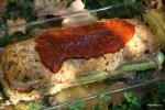 Поливаем мясной хлеб соусом из перцев