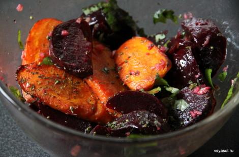 Смешиваем карамелизированную морковь и свеклу