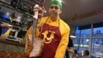 Серджио срезает мясо с шампура