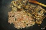 Для соуса обжариваем немного мяса для фрикаделек