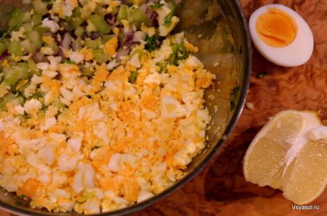 Яйца для салата лучше покрошить руками