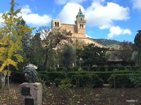 Бюст Шопена на фоне картезианского монастыря в Вальдемоссе, Майорка
