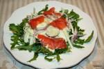 Салат из копченого лосося, картофеля и рукколы