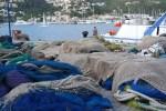 Рыбаки просушивают сети в порту Андрач, Майорка
