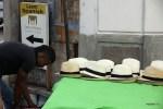 Утро в Старой Панаме. Уличный продавец раскладывает панамы