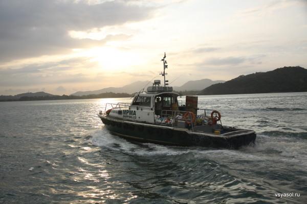 Буксир на закате при входе в Панамский канал