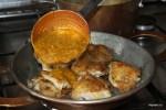 Обжаренную курицу заливаем карибским соусом
