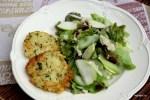 Рисовые фриттеры с зеленым салатом