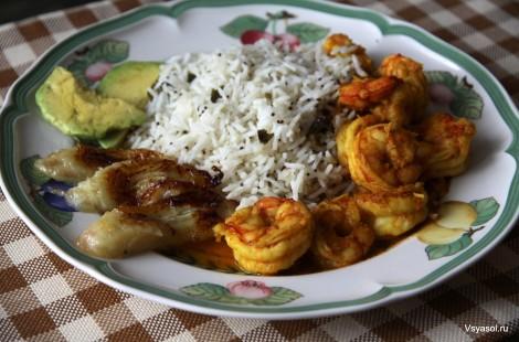 Креветки в карибском соусе с гарниром из белого риса, жареных бананов и авокадо