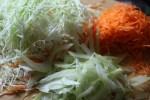 Салат из молодой капусты с беконом и лесными орехами