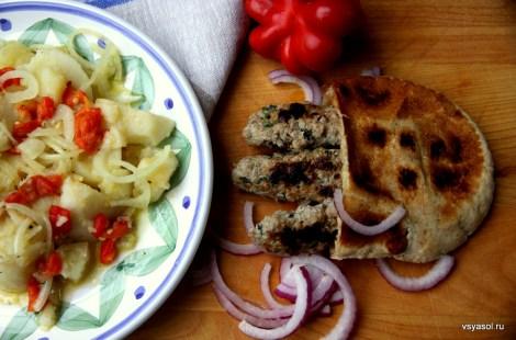 Чевапчичи с сербским салатом
