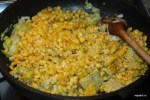 К обжаренному луку порею добавляем кукурузу