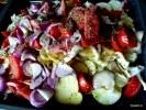 Выкладываем овощи на противень для запекания