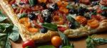 Открытый пирог с помидорами, сыром и оливками