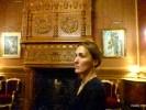 Старший советник посольства Великобритании Людмила Степнова показывает резиденцию посла