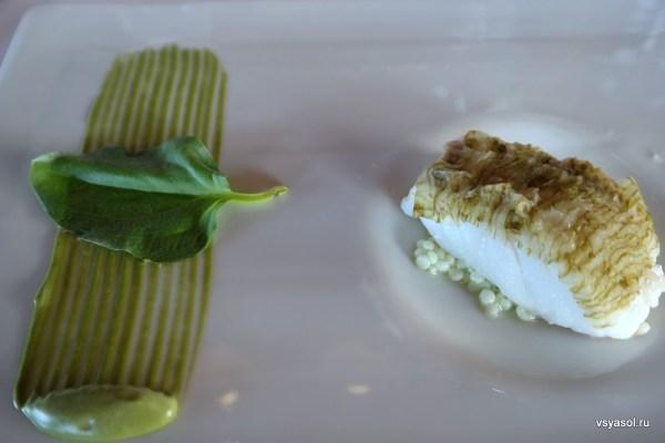 Рыба на пару с пюре из водорослей и устричной травой