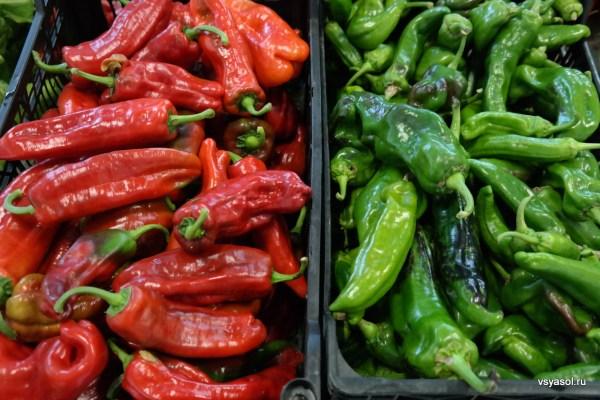 Ноябрь. Разноцветные перцы на рынке в Толосе