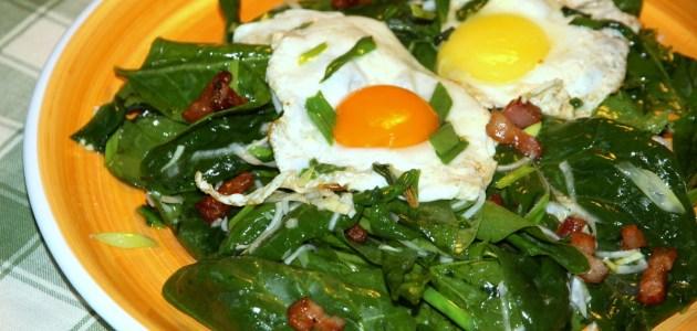 Салат из листьев шпината с жареными яйцами и беконом