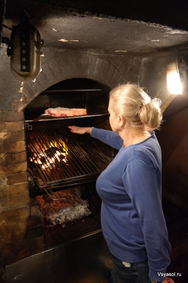 Чулетон готовят на открытом огне, но жар несильный, чтобы мясо могло пропотеть