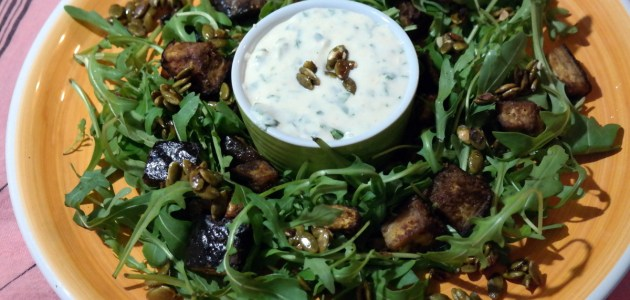 Теплый салат из жареных баклажанов с йогуртовым дрессингом