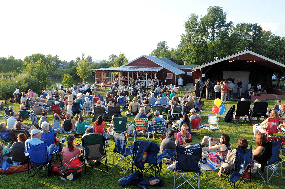 Image of picnicers on the lawn at Lincoln Peak Vineyard