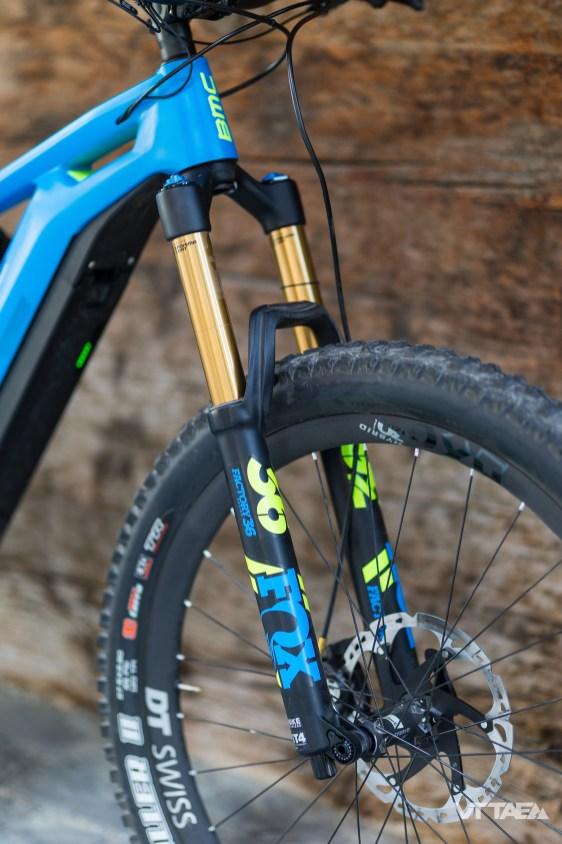 À l'avant, l'ensemble du segment BMC Trailfox fait appel aux fourches Fox optimisées pour le VTTAE : notamment par des éléments plus épais, pensés pour tenir plus longtemps face à la fatigue induite par le surpoids du vélo.