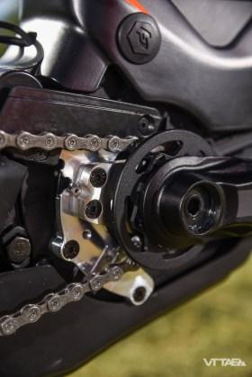 Une platine aluminium et un guide plastique supérieur évitent à la chaîne de tomber entre le pignon et le moteur. Un peigne, en inox, enserre le pignon de part et d'autre pour le nettoyer, et en décoller la chaîne si besoin.
