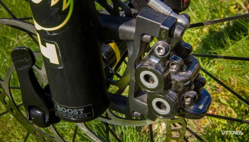 L'étrier quatres pistons qui assure un freinage adéquat pour un VTTAE de plus de 20kg !