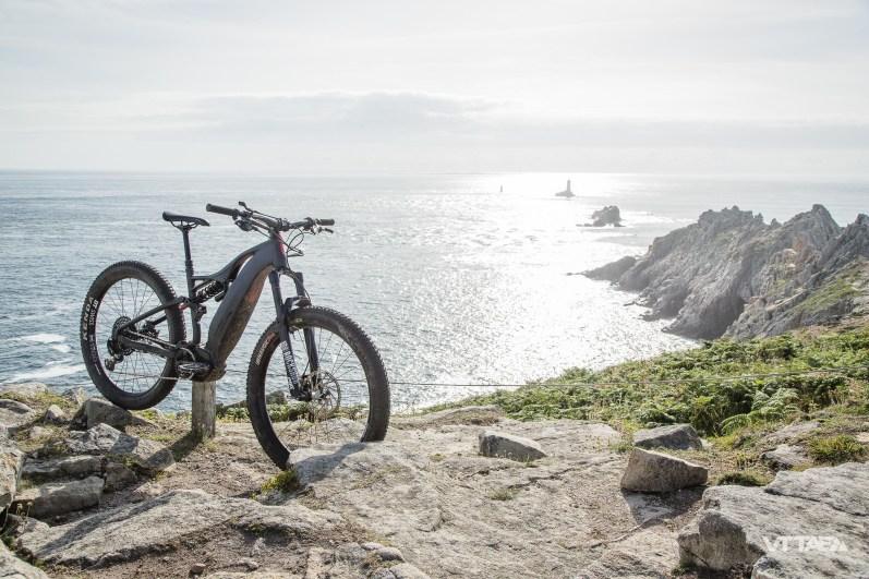Le vélo propose 150mm de débattement avant confiés à la fourche RockShox Pike RCT3, tandis que l'arrière délivre 140mm via l'amortisseur RockShox SuperDeluxe Coil.