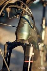 La douille de direction en forme de bouteille de soda est fortement inspirée du modèle Force d'Enduro en carbone !