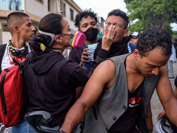 Policía colombiana reprime con violencia las protestas ciudadanas en el Día de la Independencia