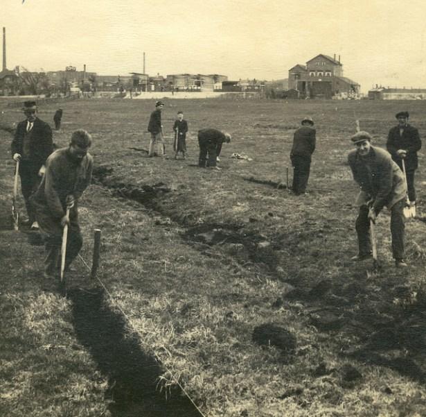 Aanleg van paden met koolas. 1942.
