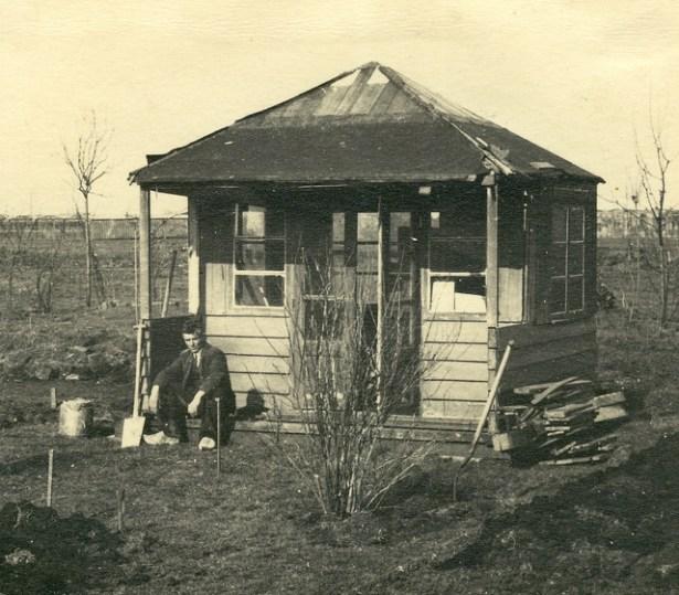 Het eerste huisje op het nieuwe complex, 1942.