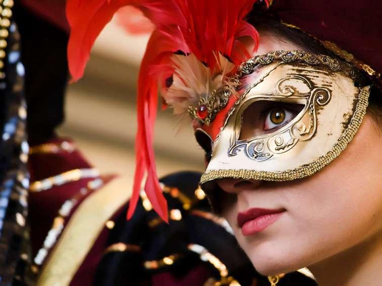 Malta - 21 de febrero de 2009 - mujer con máscara de estilo veneciano y traje en la Feria Internacional de malta 2009. Foto ©depositphotos /PhotoWorks