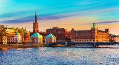 Panorama de verano escénico de la ciudad vieja (gamla stan) muelle de arquitectura en Estocolmo, Suecia Foto: copyright depositphotos/scanrail