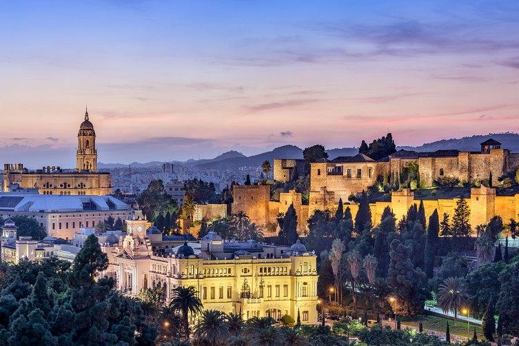 Vista nocturna de la Catedral de Málaga. Imagen: ©depositphotos.com/sepavone