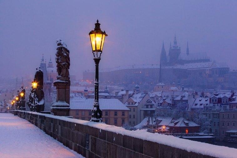 el puente de Carlos y el castillo de Praga antes del amanecer. Imagen: ©depositphotos.com/zhuzhu