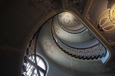 Escalera en edificio de arquitectura Art Nouveau en Riga. foto: copyright- depositphotos/@ igorr1