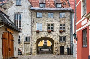 Calle medieval en el casco antiguo de Riga, Letonia — Foto depositphotos © gorsh13 #49613383