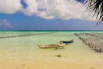 Dos barcos de pesca en aguas poco profundas cerca de la isla de Kiribati en el Océano Pacífico