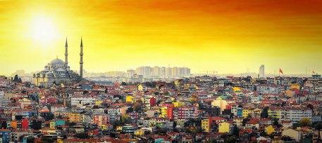 Istanbul Mezquita Süleymaniye con colorida zona residencial en puesta de sol con cielo naranja— Foto de steho
