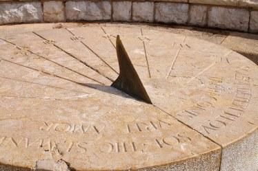 Reloj de sol romano. Se encuentra bajando una escalera desde el Balcón del Mediterráneo en dirección de la Playa del Miracle.
