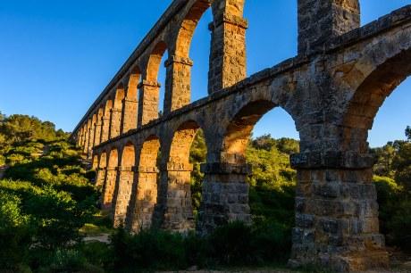 Vista del Acueducto romano, Pont del Diable en Tarragona al atardecer.
