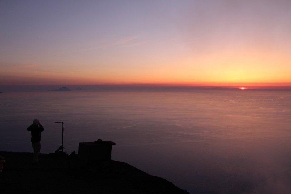 Stromboli - Sonnenuntergang vom Gipfel aus gesehen. Filicudi und Alicudi sind noch schwach auszumachen; im Rücken von uns der aufgehende Vollmond