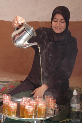 মরক্কোতে পুদিনা চা পরিবেশন