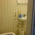 Makuuhuoneen vieressä wc.