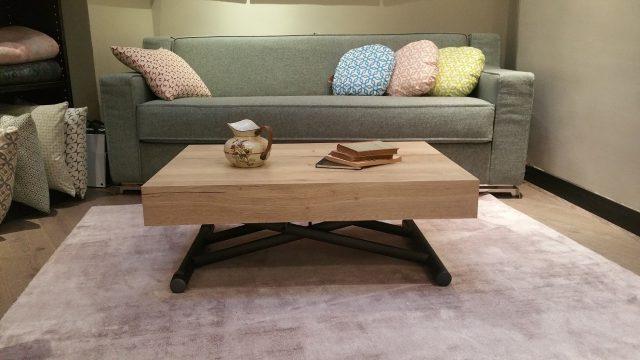 salon avec une table basse relevable