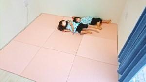 白い壁に薄桜色の置き畳とメープルのフローリング 【インテリア事例】