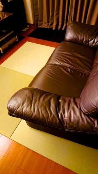 テレビの前のソファーの下に畳