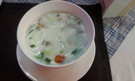 Soupe au lait de coco et poulet (Tom kha kai ou Tom kha gai) (ต้มข่าไก่)